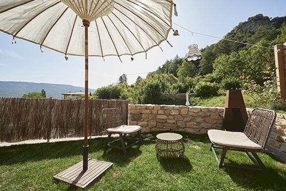 Jardín privado con chimenea